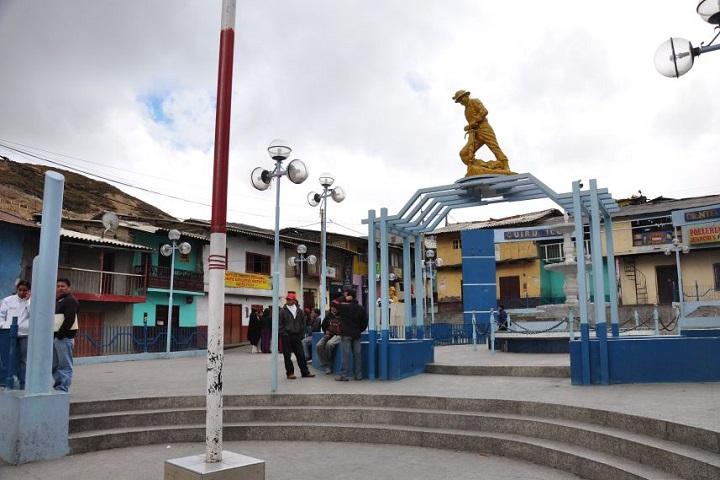 Foto de plaza de Quiruvilca con estatua sobre portal.