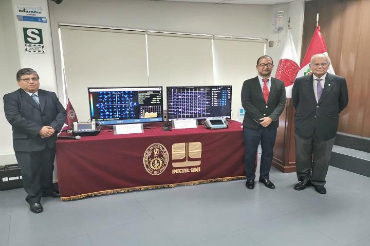 Director ejecutivo INICTEL-UNI y dos personas más, mostrando equipos con pantallas.